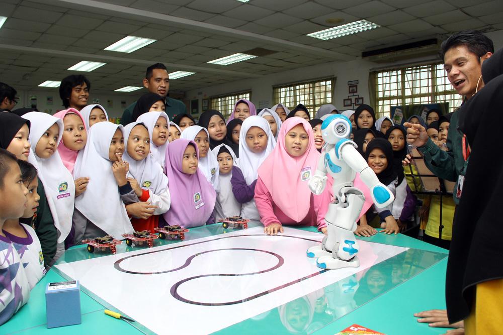 Murid-SK-Putrajaya-Presint-111-teruja-melihat-robot-yang-diberi-nama-Nau-menari